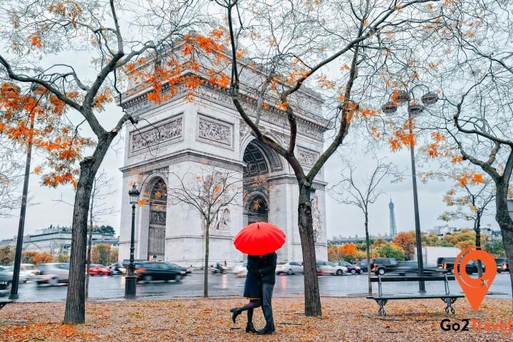 Mùa thu ở Pháp có thời tiết se lạnh, không gian lãng mạn