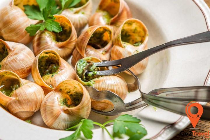 Escargot là món ăn lạnh thường được phục vụ trước trên bàn ăn trong mỗi lễ hội ở Pháp