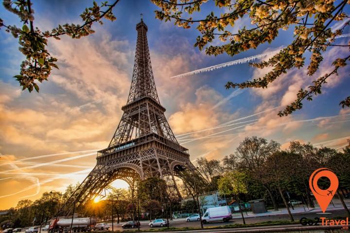 Paris có rất nhiều điểm tham quan, nổi tiếng với những công trình kiến trúc, tượng đài tráng lệ, lãng mạn,…