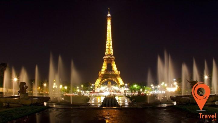 Nếu có cơ hội được lên đỉnh tháp Eiffel - Bạn sẽ được chiêm ngưỡng tầm nhìn bao quát được cả thành phố Paris xinh đẹp