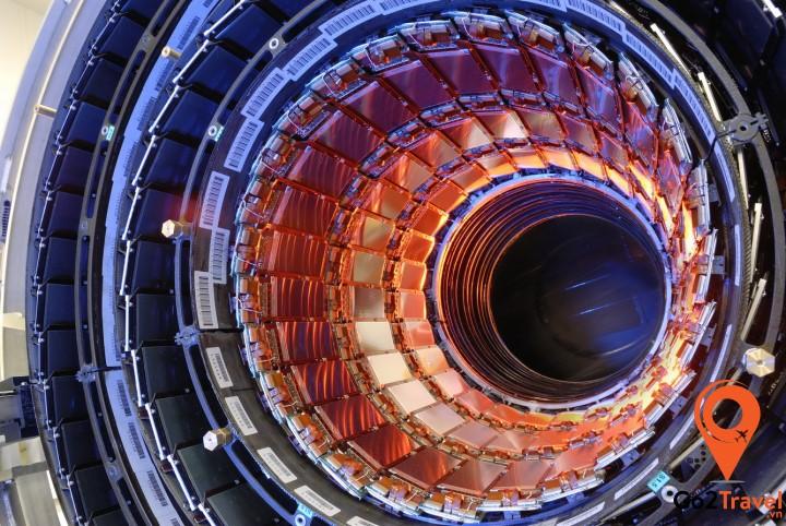 Tổ chức Châu Âu CERN nghiên cứu chuyên ngành Vật lý học đặt gần Geneva là phòng thí nghiệm lớn nhất thế giới về Vật lý phân tử