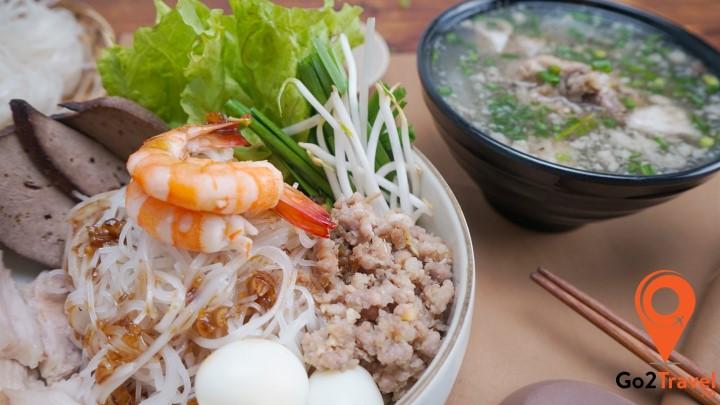 Hủ Tiếu Nam Vang thường được ăn kèm với một loại nước chấm đặc biệt theo công thức riêng