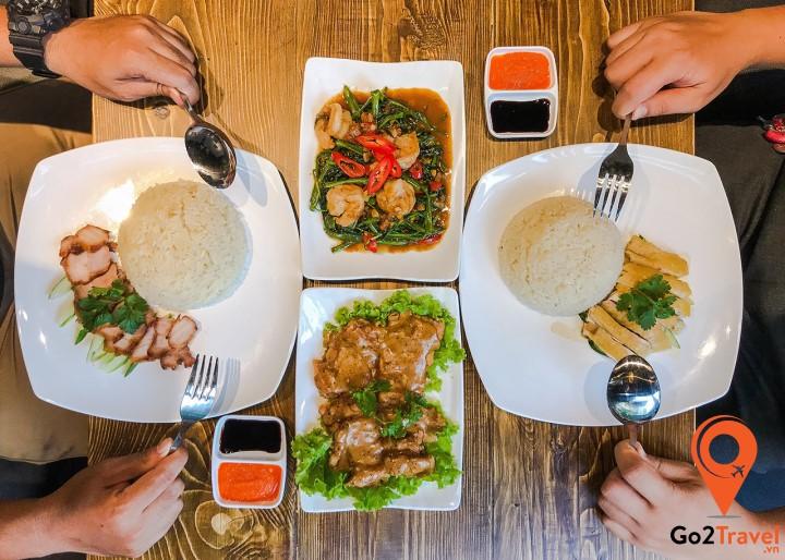 Cũng giống cách người Việt Nam ăn, nhưng họ ít khi dùng đũa