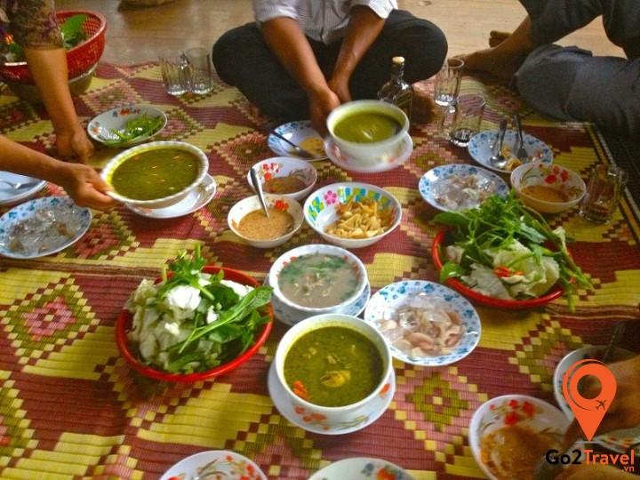 Người Campuchia có thói quen trải chiều ngồi ăn