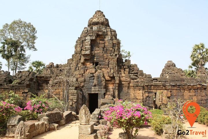 Đền Takeo được xây từ đá sa thạch xanh lá cây và là ngôi đền duy nhất chưa hoàn thành trong Angkor Thom
