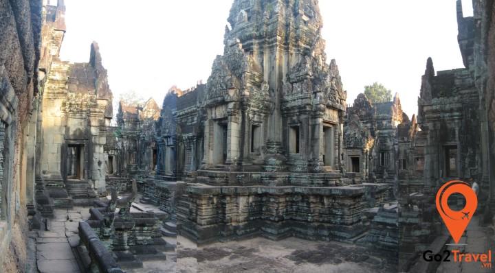 Ngôi đền được chạm trổ hoa văn duyên dáng trên các bức tường