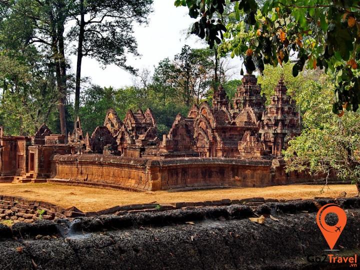 Thời gian có thể làm phai màu những phiến sa thạch, nhưng những nét điêu khắc, chạm trổ của Banteay Srey vẫn còn nguyên vẹn theo năm tháng