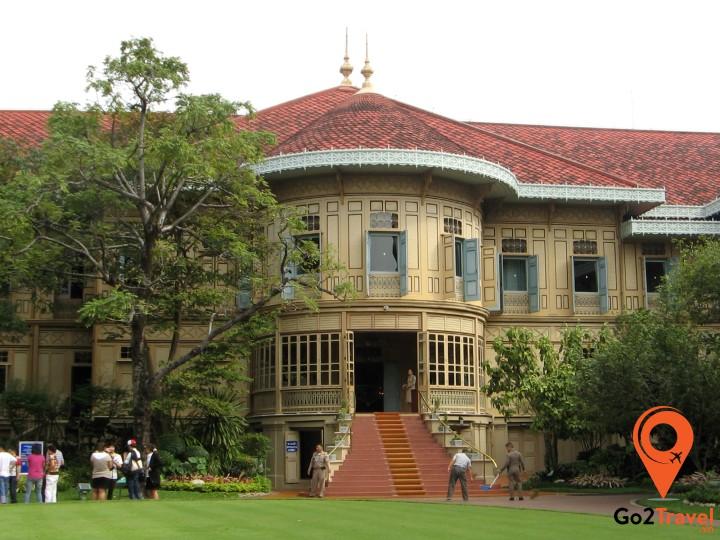 Cung điện Vimanmek là tòa nhà bằng gỗ teak màu vàng đẹp và lớn nhất thế giới