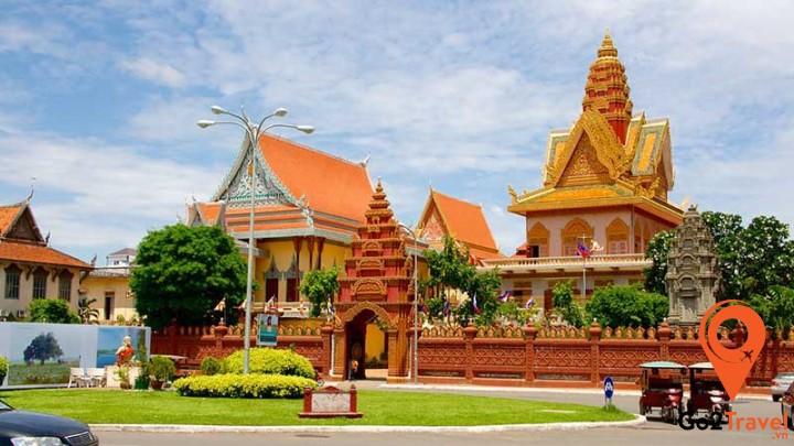 Hình thức chung của các ngôi đền là có đỉnh chóp nhọn, bốn mặt đền được chạm trổ các bức phù điêu