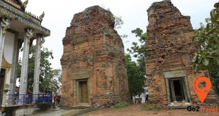 Prasat Neang Khmau bao gồm 2 ngọn tháp gạch