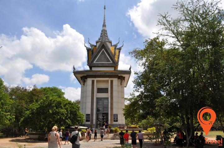 Tháp tưởng niệm này có chứa hơn 8.000 xương sọ của các nạn nhân