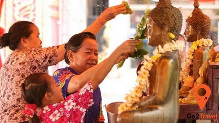 Ngày lễ tắm Phật trong Tết cổ truyền Campuchia