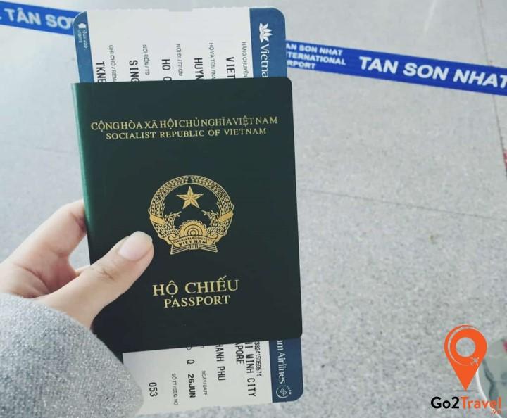 Hộ chiếu và CMND luôn là những giấy tờ quan trọng bạn cần đem theo