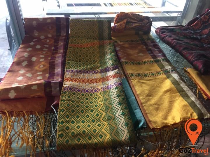 Sarong thực chất là một miếng vải được may hay đầu và được buộc trên thắt lưng
