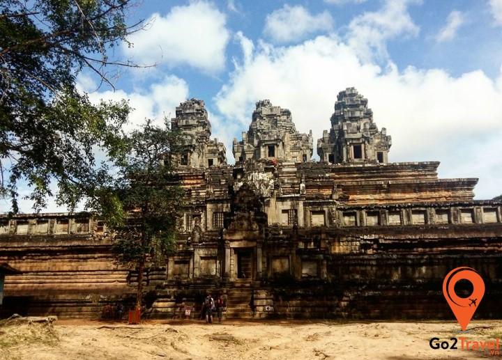 Lịch sử của Campuchia cũng trãi qua nhiều giai đoạn thăng trầm