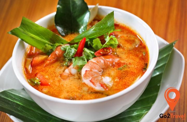 Vị chua chua cay cay kết hợp với thịt cua, tôm đậm đà chắc chắn sẽ thu hút bạn từ miếng đầu tiên