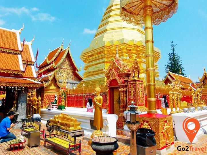 Vượt qua 309 bậc thang đá cao để được chiêm ngưỡng cảnh chùa rực rỡ trong ánh vàng lấp lánh