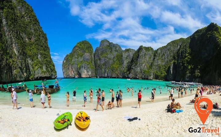 Tắm biển là điều đầu tiên bạn nên làm khi đến đảo Coral