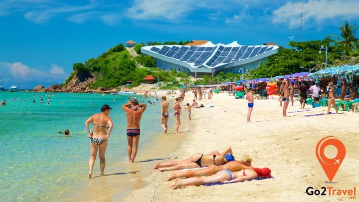 Du khách tắm nắng trên bãi biển