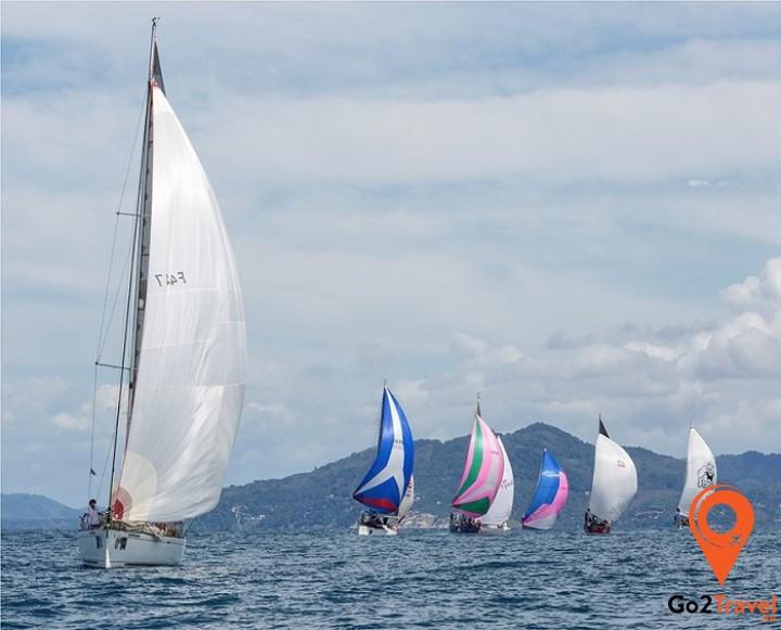 Lễ hội đua thuyền diễn ra vào tháng 12 hằng năm