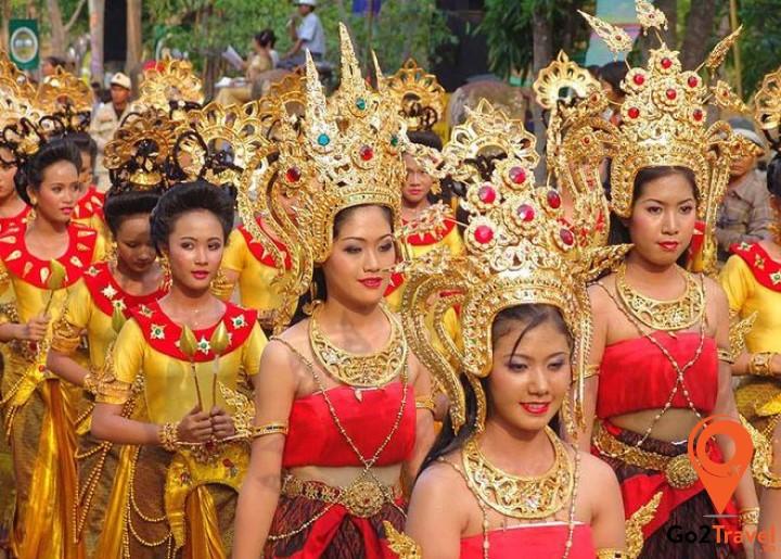 Phụ nữ Thái mặc trang phục truyền thống trong những ngày diễn ra lễ hội Hoàng gia Thái Lan