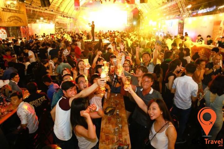 Mọi người cùng nhau nâng ly trong lễ hội bia lớn nhất Thái Lan