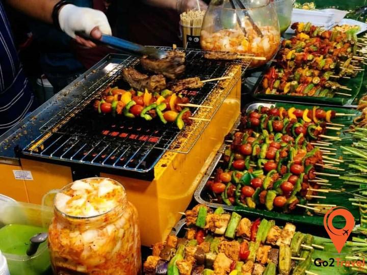 Các món xiên thơm ngon hấp dẫn trên đường phố Phuket