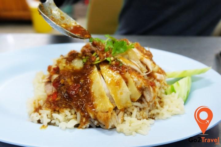 Dù không nổi tiếng như cơm gà Hải Nam của Singapore nhưng cơm gà Thái Lan cũng được xem là món ăn khá độc đáo