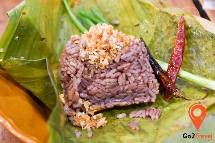 Khao Kan Jin được bày bán vô cùng phổ biến như một loại thực phẩm đường phố đắt hàng nhất