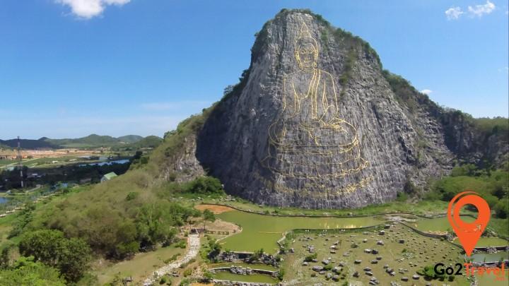 Hình Đức Phật rất lớn được tạc tinh xảo trên núi