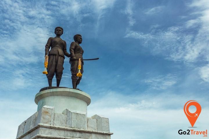 Tượng đài 2 nữ anh hùng Thao Thep Krasattri và Thao Sisunthon.