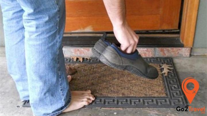 Khi bước chân vào các ngôi nhà hay chùa chiền, bạn phải để dép ngoài cửa